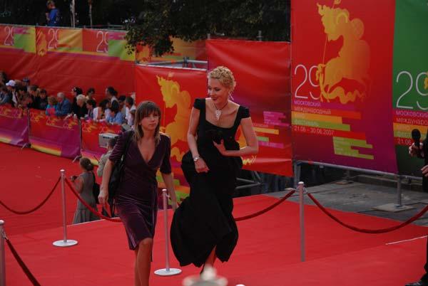 http://pics.kinokadr.ru/photoes/2007/06/22/mmkfopen/DSC_3492.jpg