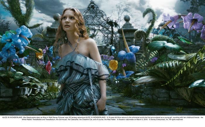 Алиса в Стране чудес.  На фото:   Энн Хэтуэй
