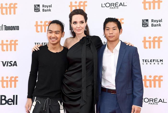 Кинофестиваль в Торонто 2017.   Анджелина Джоли  со старшими сыновьями