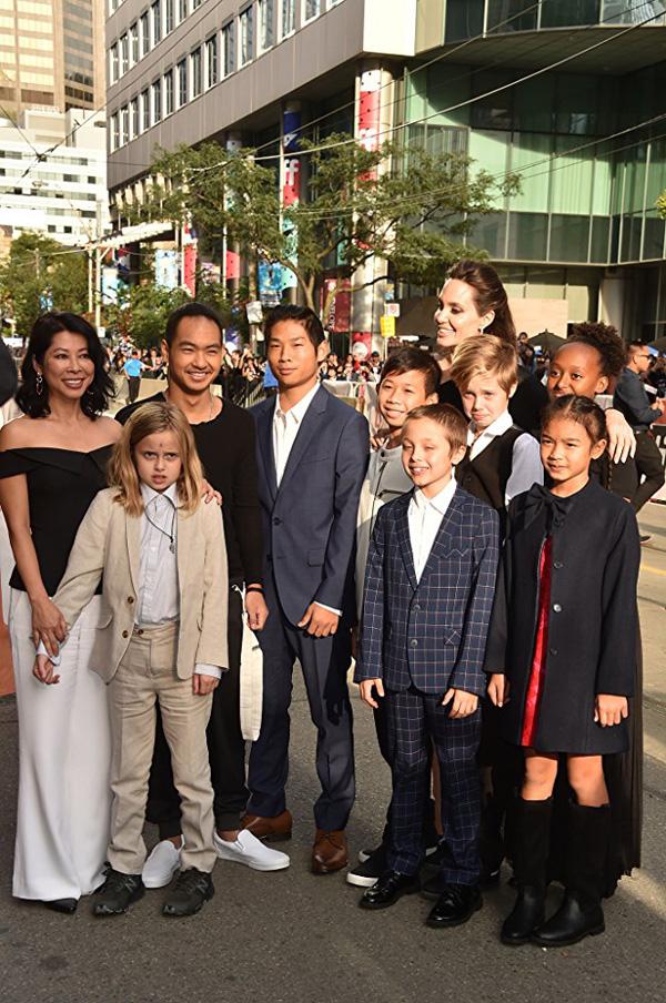 Кинофестиваль в Торонто 2017.   Анджелина Джоли  с детьми