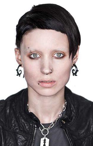Девушка с татуировкой дракона.  На фото:   Руни Мара